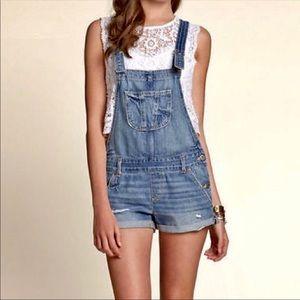hollister distressed light denim overall shorts 🍒